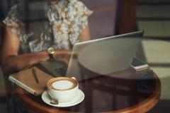 Бизнес-леди работая на проекте в кафе Стоковые Изображения RF