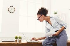 Бизнес-леди работая с документами на настольном компьютере офиса Стоковое Фото