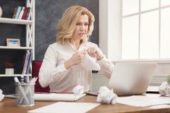 Бизнес-леди работая с документами на настольном компьютере офиса Стоковые Фотографии RF