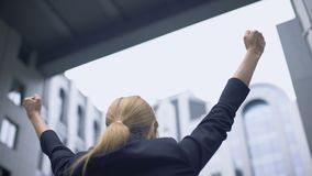 Бизнес-леди радуется на успехе, счастливом о выдвижении карьеры, триумфе видеоматериал