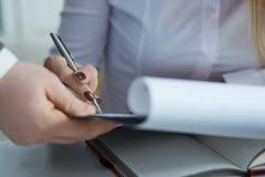 Бизнес-леди сидя на столе офиса и подписывая контракт Поразите торговую сделку для соединения мотивировки воротника выгоды белого Стоковое Изображение