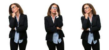 Бизнес-леди среднего возраста с длинными волосами стоковое фото