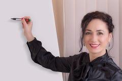 Бизнес-леди стоя около whiteboard Стоковая Фотография RF