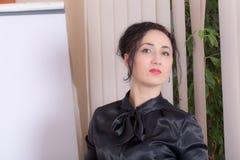 Бизнес-леди стоя около whiteboard Стоковое Изображение