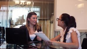 2 бизнес-леди счастливы бросая документы после одного из их сообщили хорошие новости видеоматериал
