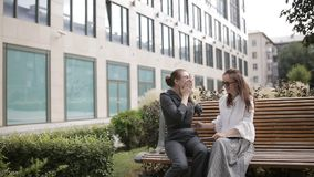 2 бизнес-леди счастливы и танц около делового центра в результате успешных сделок сток-видео