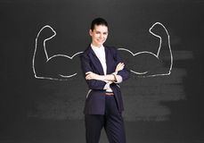 Бизнес-леди с вычерченными мощными руками стоковое фото rf
