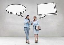 Бизнес-леди с пузырем речи говоря против серой предпосылки Стоковые Изображения