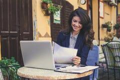 Бизнес-леди читая смешное сообщение на телефоне Стоковое Изображение