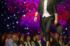 Бизнес модель взлётно-посадочная дорожка модного парада красивый Стоковое фото RF