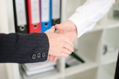Бизнес-партнеры получая готовый трясти руки стоковая фотография