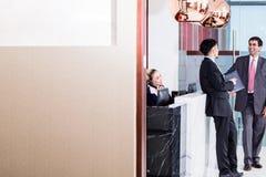 Бизнес-партнер менеджера приветствующий в салоне офиса Стоковое Изображение