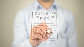 Бизнес-план, сочинительство человека на прозрачном экране Стоковая Фотография RF