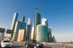 """Бизнес-центр Москвы международный, также известный как ` города """"Moscow с движением на третей кольцевой дороге Стоковые Изображения RF"""