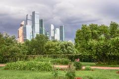 Бизнес-центр MIBC Москвы международный на предпосылке грозовых облако Стоковое Изображение