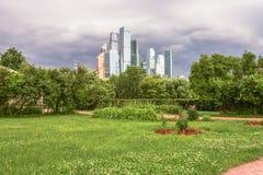 Бизнес-центр MIBC Москвы международный на предпосылке грозовых облако Стоковое Изображение RF