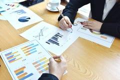 Бизнес Startup проект Представление идеи, анализирует планы стоковые изображения