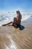 Бикини белокурое на пляже Стоковое Фото