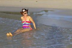 Бикини и шляпа формы женщины сексуальное ослабляют на пляже Стоковые Изображения