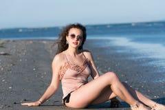 Бикини носки женщины, лежа на пляже Стоковые Фото