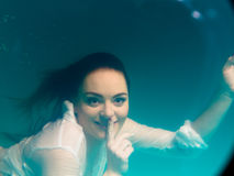 Бикини подводной девушки нося в бассейне Стоковое Изображение