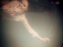 Бикини подводной девушки нося в бассейне Стоковое Изображение RF