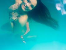 Бикини подводной девушки нося в бассейне Стоковые Фотографии RF