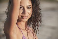 Бикини сексуальной девушки женщины сидя нося на пляже Стоковое Фото