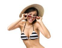 Бикини, шляпа и солнечные очки девушки нося Стоковое фото RF