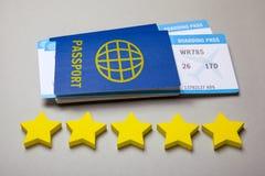 2 билета для самолета с пасспортами на сером цвете 5 звезд оценки авиакомпании стоковое изображение