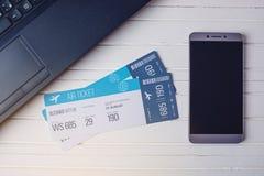2 билета на таблице с телефоном и компьтер-книжкой Концепция покупать онлайн резервирование билета для перемещения Стоковые Изображения