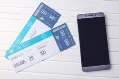 2 билета на таблице с телефоном Концепция покупать онлайн резервирование билета для перемещения Стоковое Изображение