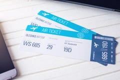 2 билета на таблице с телефоном Концепция покупать онлайн резервирование билета для перемещения Стоковая Фотография RF