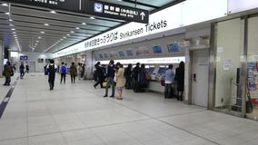 Билеты Shinkansen приобретения пассажиров от автоматизированных машин билета в Голень-Осака, Японии акции видеоматериалы