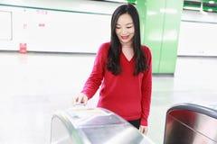 Билет вставки женщины к вокзалу входа билета Стоковое Изображение RF