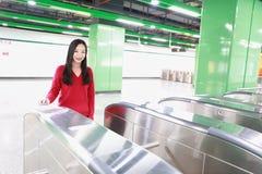 Билет вставки женщины к вокзалу входа билета Стоковое Изображение