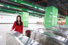 Билет вставки женщины к вокзалу входа билета Стоковые Фото