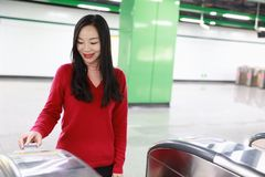 Билет вставки женщины к вокзалу входа билета Стоковые Фотографии RF