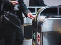 Билет вставки людей к вокзалу входа билета Стоковые Фотографии RF