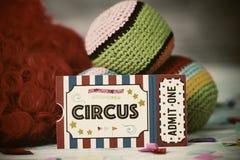 Билет допущения цирка, парик и жонглируя шарики стоковые изображения