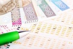 Билет лотереи с ручкой и польскими деньгами стоковые фотографии rf