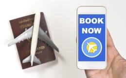 Билет на самолет книги онлайн дальше на экране мобильного телефона стоковые фото