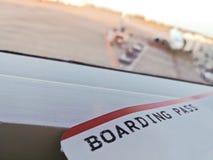 Билет посадочного талона на крупном аэропорте Стоковая Фотография