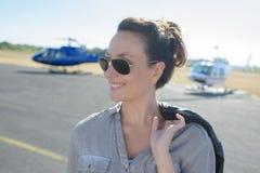 Билет путешествия вертолета молодой женщины приказывая на авиапорте стоковое изображение rf