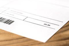Билл или фактура на таблице Электричество, энергия, общие назначения, газ или телефон стоковая фотография
