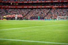 БИЛЬБАО, ИСПАНИЯ - 28-ОЕ АВГУСТА: 2 команды прижались во время минуты безмолвия в спичке между атлетическим Бильбао и FC Barcelon стоковая фотография