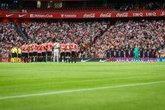 БИЛЬБАО, ИСПАНИЯ - 28-ОЕ АВГУСТА: 2 команды прижались во время минуты безмолвия в спичке между атлетическим Бильбао и FC Barcelon стоковое фото