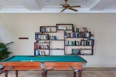 Бильярдный стол и книжные полки на белой предпосылке Стоковое Изображение
