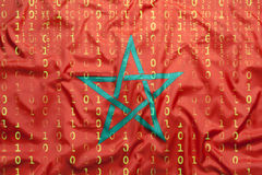 Бинарный код с марокканським флагом, концепция защиты данных Стоковые Фото