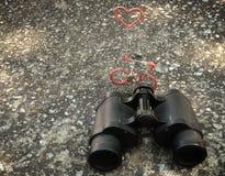 Бинокли руки и диаграмма велосипеда с концепцией влюбленности Стоковые Фотографии RF